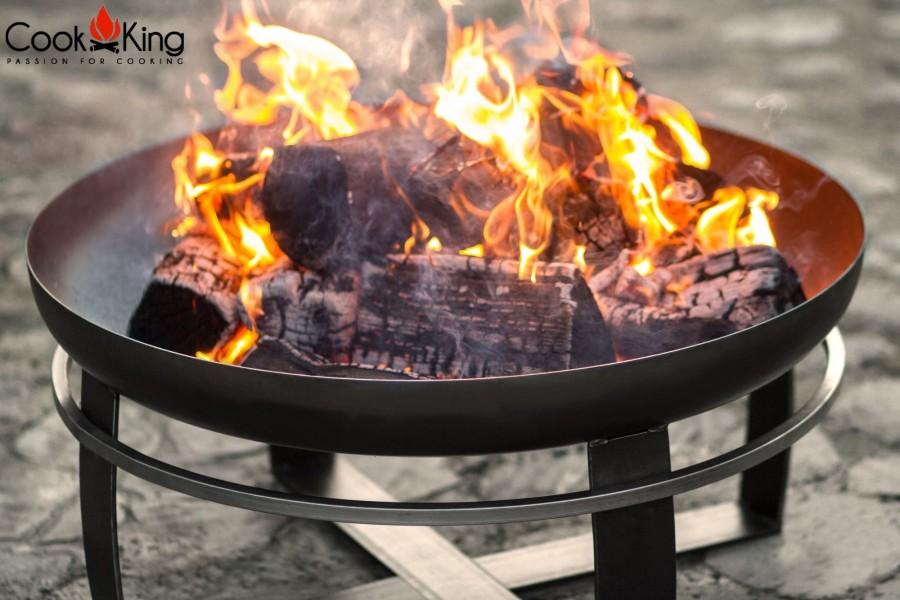Draufsicht des brennenden Holzes in der Feuerschale Viking
